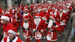 Miles se visten de Papá Noel para curiosas competencias en varios países