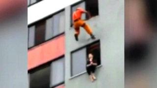 Bombero le salva la vida a una mujer suicida pateándole en la cara