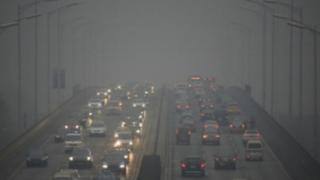 Autoridades declaran alerta roja por fuerte contaminación en Pekín