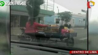 Madre pone en riesgo a sus hijos al movilizarlos en un triciclo