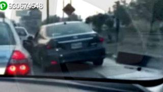 WhatsApp: chofer de auto se sube a la vereda para evitar tráfico