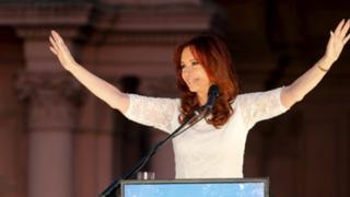 Argentina: Cristina Fernández se despidió ante miles de militantes