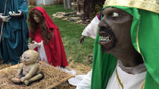 FOTOS: familia atea recrea un 'nacimiento zombie' y desata polémica en Estados Unidos