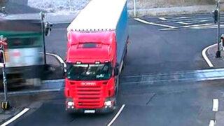 Registran impactante choque entre un tren y un camión en República Checa