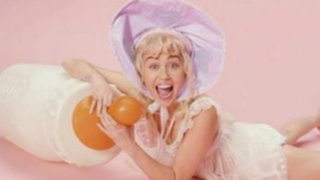 Miley Curys se convierte en una dulce bebé en su último videoclip