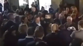 España: agreden a presidente de gobierno Mariano Rajoy