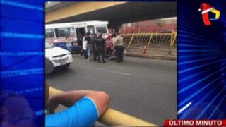 Ómnibus impacta contra reja de berma central dejando ocho heridos