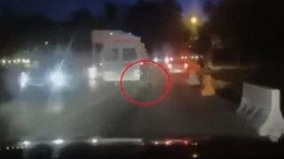 VIDEO: paciente cae a la pista tras maniobra de la ambulancia que lo trasladaba