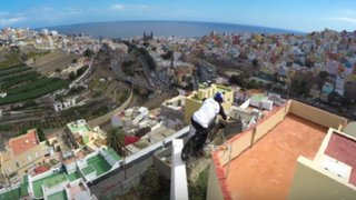 Ciclista desafía a la muerte paseándose por los techos de edificios