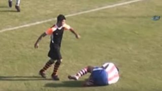Impactantes imágenes: futbolista da salvaje patada en la cara a rival