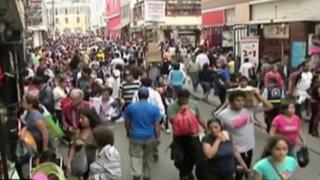Mesa Redonda abarrotada de clientes que realizan sus compras a última hora