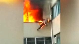 Bombero envuelto en llamas se lanza desde edificio para salvar su vida