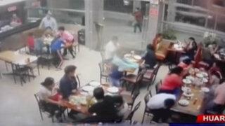 Impactantes imágenes: sicarios asesinan a dos personas dentro de pollería