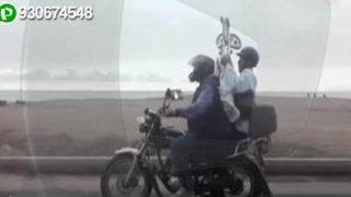 Costa Verde: sujeto circula en moto trasladando una silla de ruedas