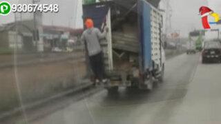 VMT: trabajadores municipales se movilizan colgados de una furgoneta
