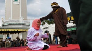 Indonesia: azotan a mujer porque estuvo 'muy cerca de un hombre'