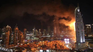 Incendio de grandes dimensiones consume lujoso hotel de Dubái