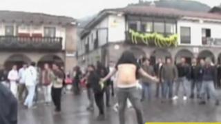Cusco: turistas ebrios fueron desalojados con agua en plaza