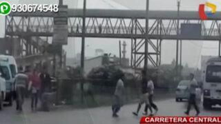 Hombres, mujeres y niños cruzan temerariamente la Carretera Central