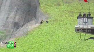 Bañistas arriesgan la vida escalando acantilado en Miraflores