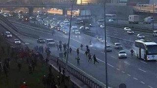 Fútbol turco: desadaptados atacan con piedras y bengalas bus de equipo rival