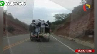 Sin medir el peligro pasajeros viajan parados en tolva de camioneta
