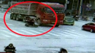 China: mujeres salvan de morir tras ser atropelladas por camión