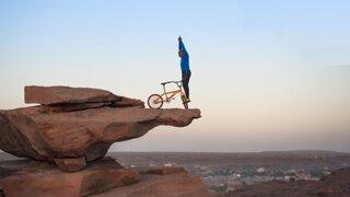 Deportista de 68 años realiza maniobras en bicicleta a 100 metros de altura