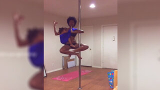 Impresionante: madre practica pole dance mientras amamanta a su bebé