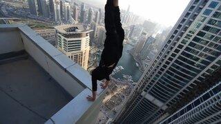 Hombre desafía a la muerte con impresionante acrobacia en rascacielos en Dubái