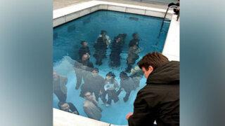 FOTOS: ¿Es posible entrar a una piscina con ropa y no mojarse?