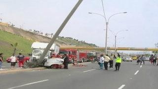 Camión se despista y se estrella contra poste en la Costa Verde