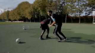 VIDEO: habilidoso 'freestyler' dio un 'baile' a Mario Balotelli