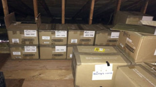 Escondió estas cajas durante 40 años y cuando su marido las descubrió quedó impactado