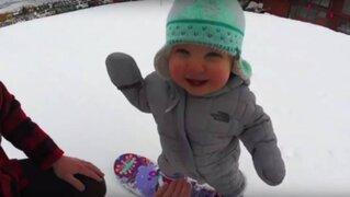 Niño de 14 meses de edad se luce haciendo snowboard y su video es viral