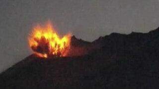 Captan impresionante erupción de volcán en Japón