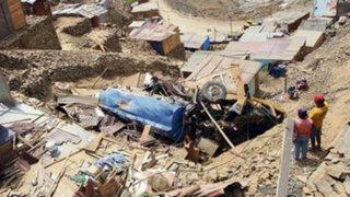 Camión cisterna cae de cerro destruyendo varias viviendas