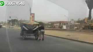 Puente Piedra: joven en patines se moviliza colgado de una mototaxi