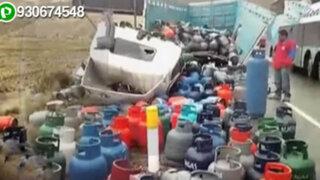 Balones de gas quedaron regados en la carretera tras despiste de camión