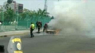 Incendio de auto provoca caos en Paseo de la República
