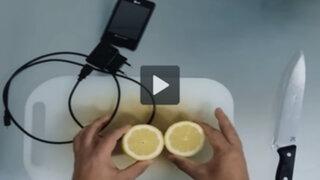 VIDEO: ¿Se puede cargar la batería de un celular solo con un limón?