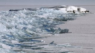 Acumulación de hielo muestra espectacular paisaje de un lago de EEUU