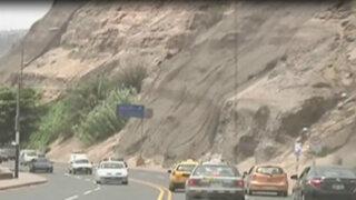 Costa Verde: cinco personas salvan de morir tras caída de piedras de acantilado