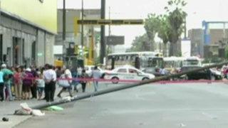 Caída de poste casi provoca tragedia en Centro de Lima