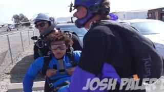 Quedó ebrio en su cumpleaños y sus amigos lo lanzaron en paracaídas desde un avión