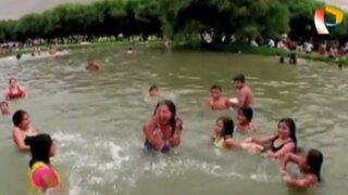 Limeños disfrutan refrescante chapuzón en laguna de Trapiche
