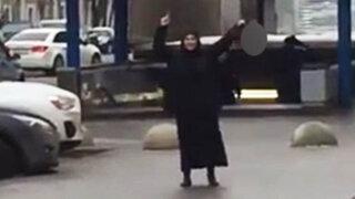 VIDEO: mujer decapita a niña y se pasea mostrando la cabeza