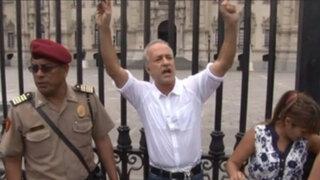 Candidato Nano Guerra García se encadenó a rejas de Palacio Gobierno