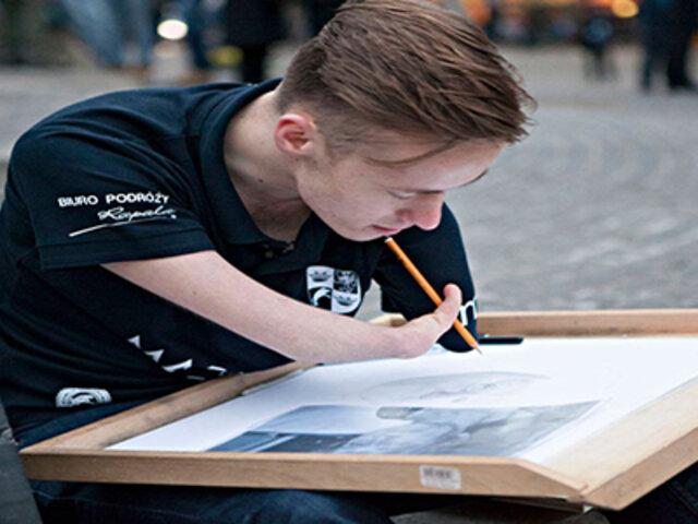 Mariusz Kedzierski, el dibujante que cumple su sueño a pesar de no tener manos