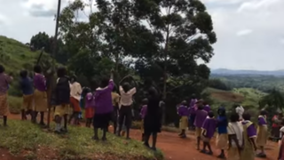 Uganda: registran reacción de niños al ver por primera vez un drone